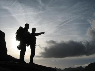 alpinistes au coucher/lever du soleil