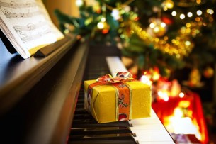 christmas-piano-adobestock